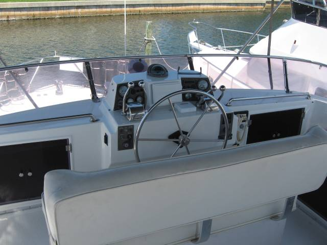 Ocean Alexander Sundeck 390 Flybridge Helm Flybridge Helm